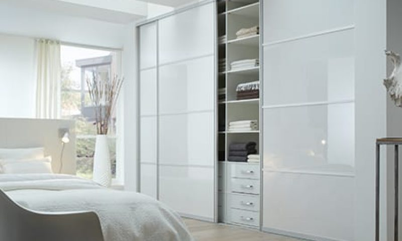Deurvulling: Hoogglans wit. Omlijsting: Stretto naturel. Interieur: Frigo wit, hoge laden glas kristal wit.